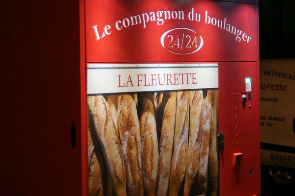 ELODYS qui fabrique ces distributeurs de pains propose une gamme de 3 modèles de différents design.