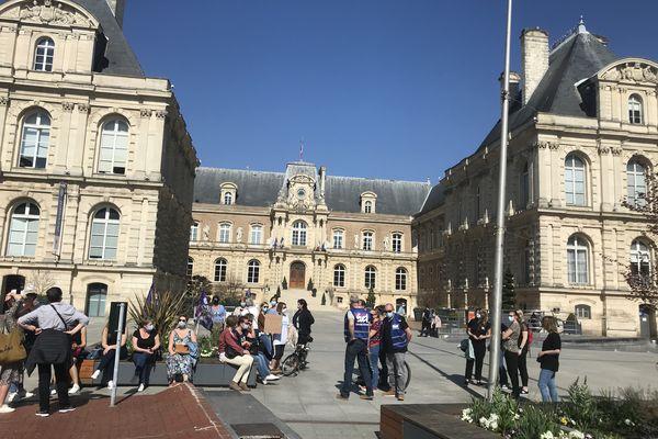Une quarantaine de professionnels de la petite enfance se sont rassemblés devant la mairie d'Amiens pour protester contre la réforme Taquet