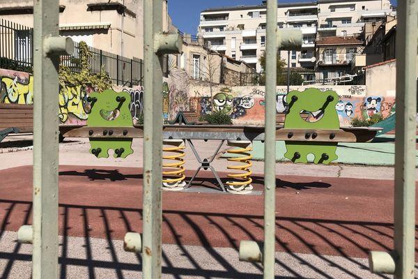"""Le Jardin """"public"""" Cerrati, dans le 4e arrondissement de Marseille est fermé, à l'abandon depuis plus d'un an dénonce le collectif des Poussettes enragées."""