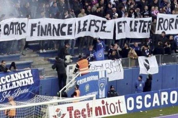 """10/01/15 - Banderole déployée par les supporters du SC Bastia """"Le Qatar finance le PSG et le terrorisme"""""""