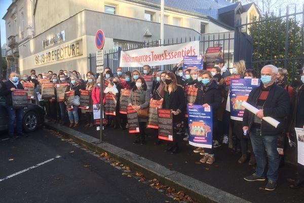 Près de 80 commerçants ont manifesté ce jeudi matin devant la sous-préfecture de Fougères pour demander la réouverture partielle de leurs commerces pendant le confinement.