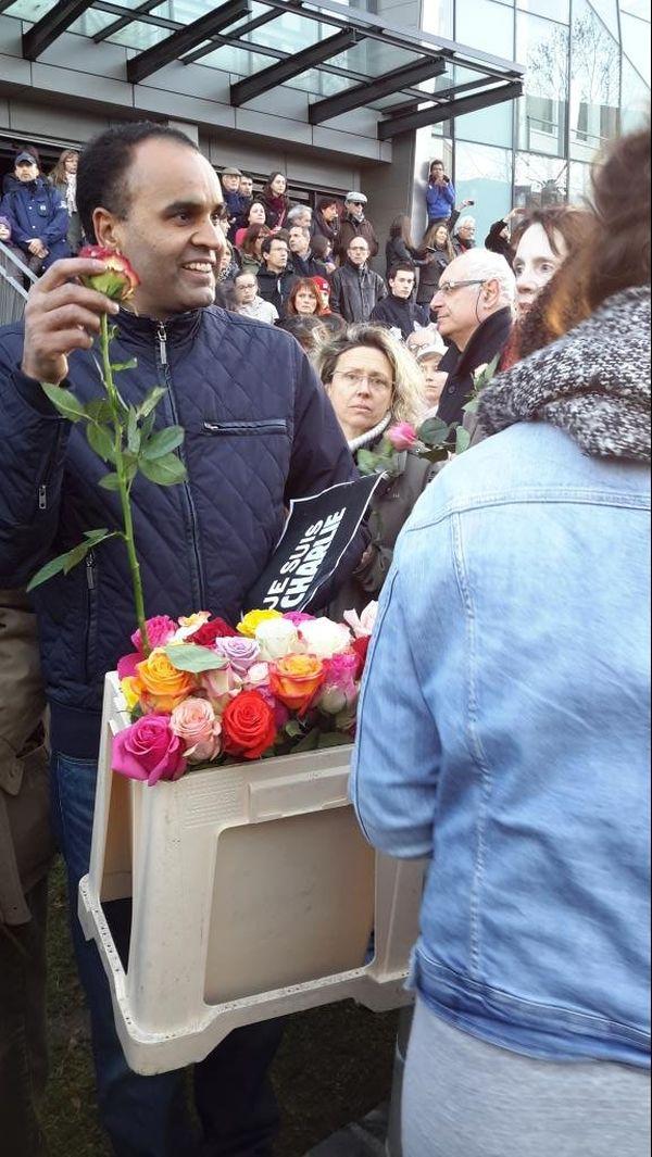 Distribution de roses devant le siège du journal La Montagne