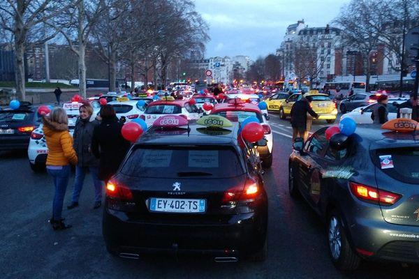 Les auto-école réunies porte d'Orléans avant de converger vers la Place d'Italie.