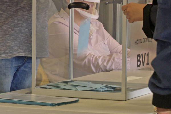 Juin 2021: un bulletin de vote tombe dans une urne