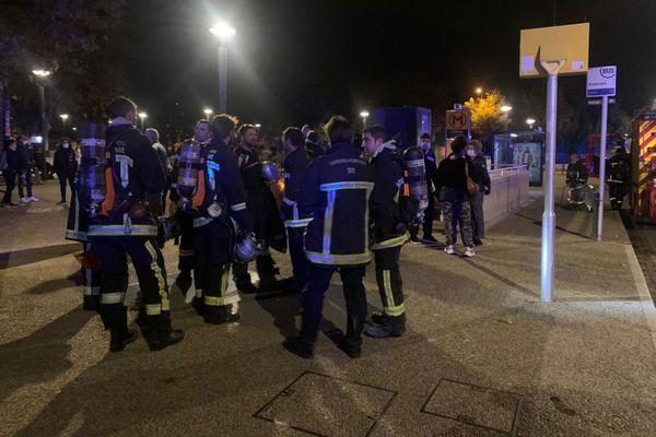 Une quinzaine de sapeurs-pompiers s'est retrouvée devant la station de métro Roseraie pour une intervention ce lundi 9 novembre.