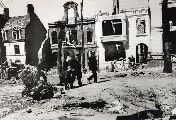 Vue du haut du boulevard Mariette bombardé en mai 1940. Quelques piétons se trouvent dans la rue au milieu des gravats.