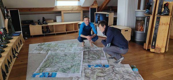 Pierre Gignoux et Brice Filliard devant les cartes de leur traversée