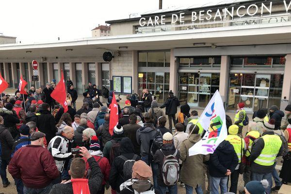 Un rassemblement pour protester contre la réforme des retraites s'est tenu ce matin, sur le parvis de la gare Viotte, à Besançon.