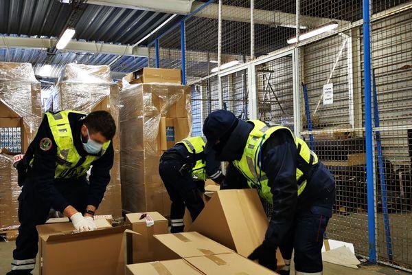 30 palettes remplies de cartouches ont été saisies, soit plus de 8 tonnes de cigarettes.