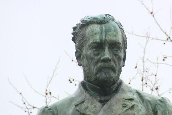 La statue de Louis Pasteur trône au centre ville d'Arbois, Jura