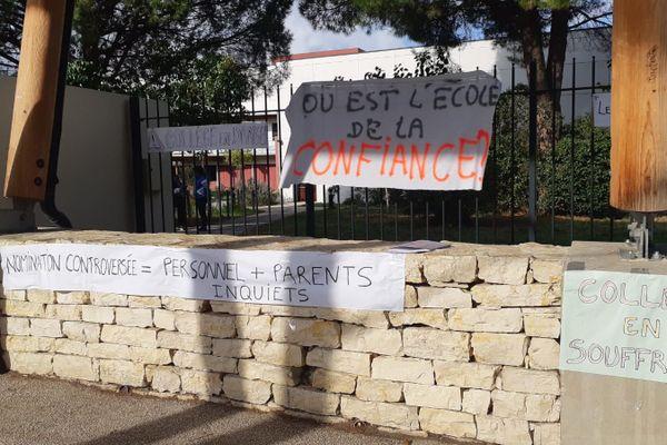 Au collège Lo Trentanel de Gignac, parents d'élèves et enseignants protestent ce 9 novembre contre l'arrivée du nouveau principal.