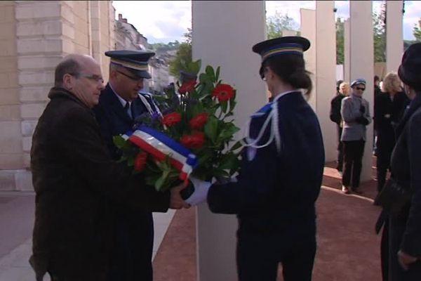 Dépôt de gerbes au pied des stèles du monument dédié au génocide arménien, place Antonin Poncet,  à Lyon (Archives)