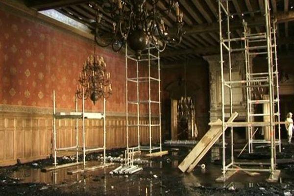 Les tours d'étais destinées à consolider le plafond de la salle des fêtes de l'hôtel de ville de La Rochelle après l'incendie.