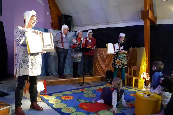 Des animations sont organisés dans les écoles et centres de loisirs pour présenter les ouvrages retenus pour le concours.
