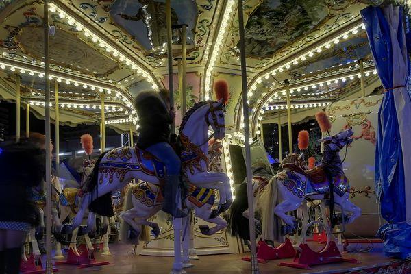 Le carrousel de style ancien, émerveille toujours petits et grands