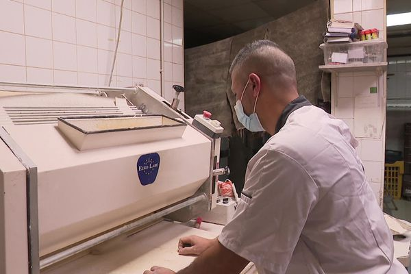 Depuis le départ de son apprenti, Miloud Boukortt travaille 17 heures par jour et n'a plus de jour de repos.