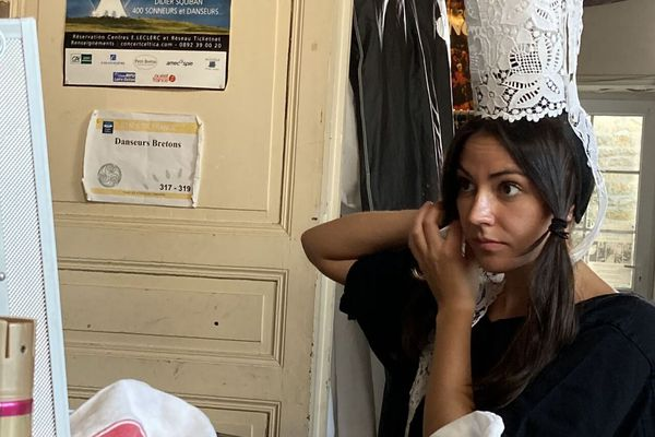 Bérénice Meur, rouanez ar broderezed, o lakaat he c'hoef
