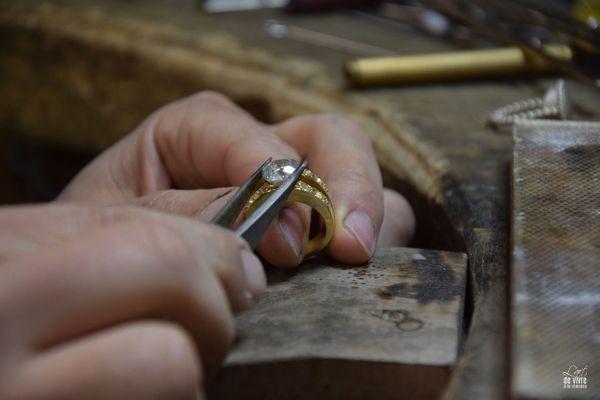 C'est à l'atelier que s'effectue le sertissage des diamants.