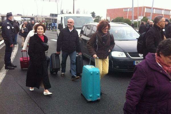 Des usagers à même l'autoroute aux abords de l'aéroport d'Orly, en raison de la grève des taxis, le 26 janvier 2016.
