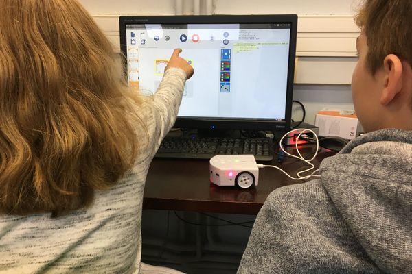 Les élèves de l'école primaire d'Amanvillers apprennent grâce au robot Thymio.