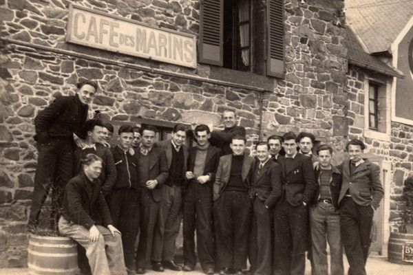 Un groupe d'élèves de l'école d'hydrographie de Paimpol en 1940