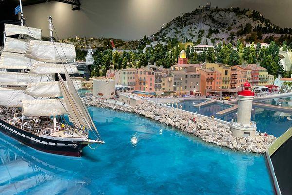 Le Trois-mâts Belem, dernier grand voilier français et navire école, devant le port de Saint Tropez de Mini World Côte d'Azur !