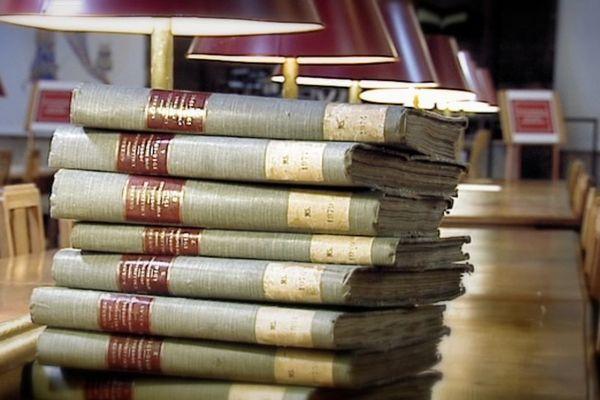 """Salle de la lecture de la bibliothèque patrimoniale et d'études de Dijon : les 8 volumes du """"Journal d'un Dijonnais 1914-1919"""" peuvent être consultés sur place."""
