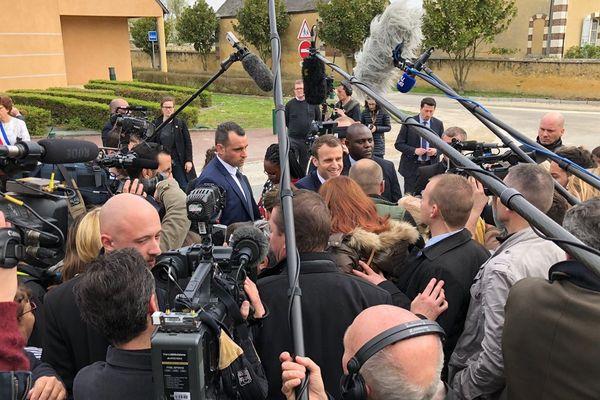 Le président de la République au milieu des journalistes devant l'école de Berd'huis dans l'Orne avant son passage au journal de 13 heures de TF1.