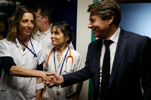 Le 20 février 2020 : l'infectiologue Elisa Demonchy salue le maire de Nice Christian Estrosi en visite à l'hôpital.