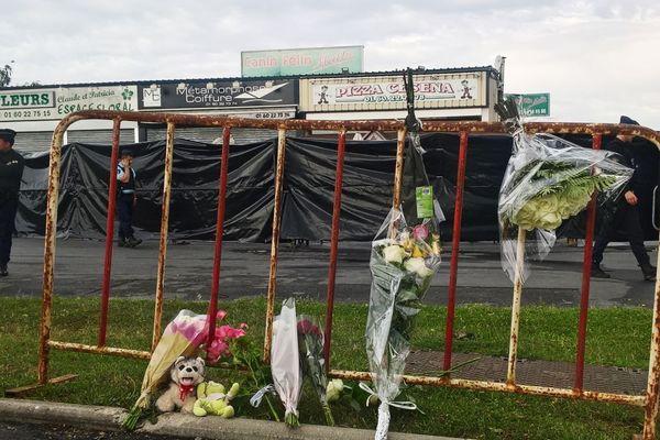 Des fleurs déposées à proximité de la pizzeria de Sept-Sorts visée par la voiture-bélier, quelques jours après le drame en août 2017.