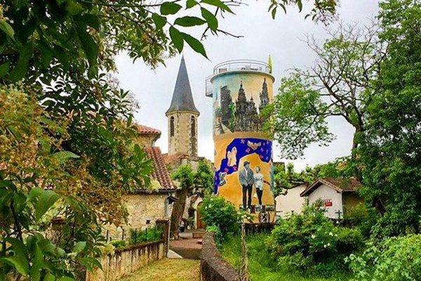 Vue emblématique du village de Lagraulet-du-Gers avec son chateau d'eau-gite