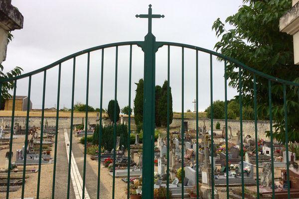 Le portail d'entrée du cimetière de Prinçay (Vienne)