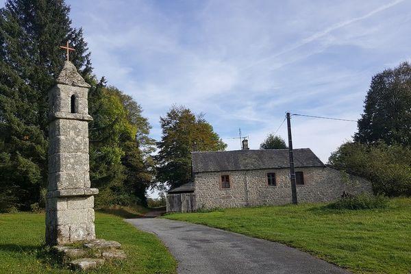 La lanterne des morts de Saint-Goussaud, déplacée sur le bord d'un chemin