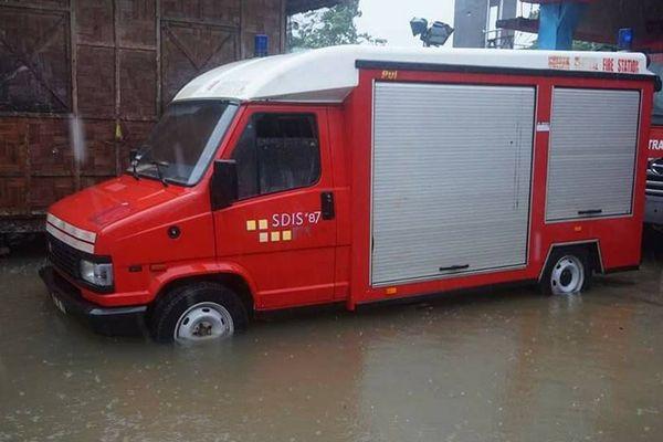 L'un des véhicules donnés aux pompiers de Guiuan aux Philippines en 2014 par les Pompiers de l'Urgence Internationale n'a pas été épargné par les inondations de la tempête tropicale de décembre 2017.