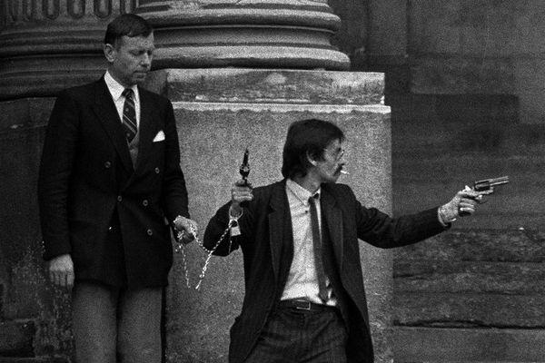 Georges Courtois, auteur d'une prise d'otages au palais de justice de Nantes, quitte l'édifice tirant des coups de feu, enchaîné à l'un des otages, le président de la cour d'assises, M Bailhache.