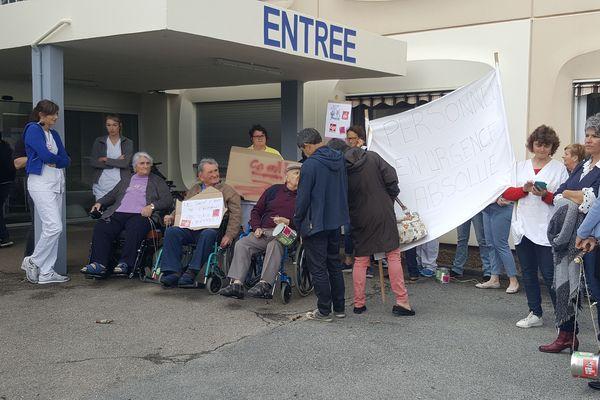 Les salariés de l'hôpital d'Aubusson ont reçu le soutien de certains résidents de l'EHPAD.