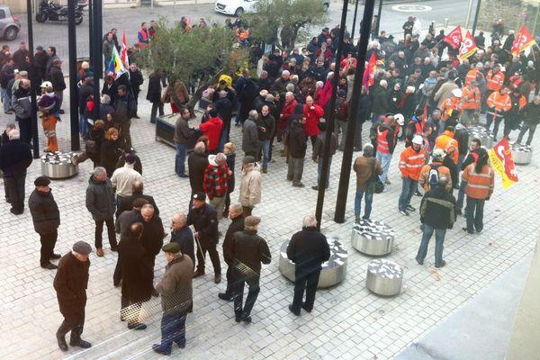 Une centaine de salariés ont manifesté ce matin devant l'hôtel de ville.