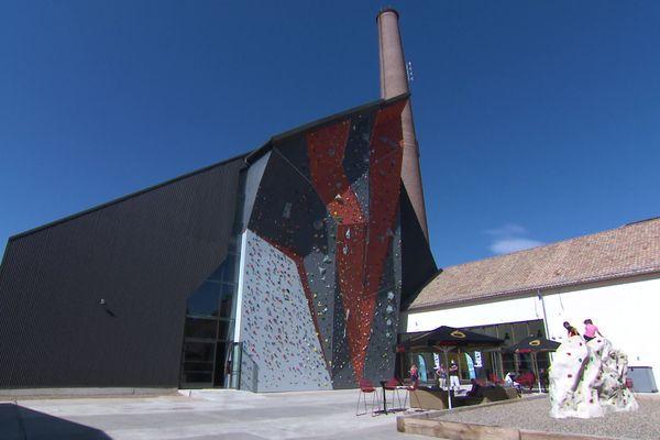 A l'extérieur, la salle est conçue comme un immense shed, faisant écho à l'architecture industrielle du quartier.