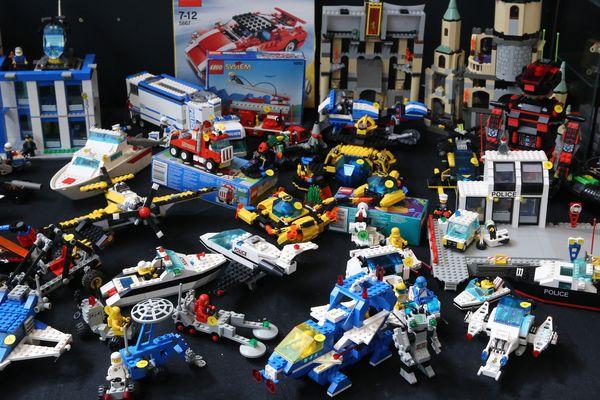 Accumulation d'anciens jouets Lego lors du salon Vintage à Mulhouse en février 2020.