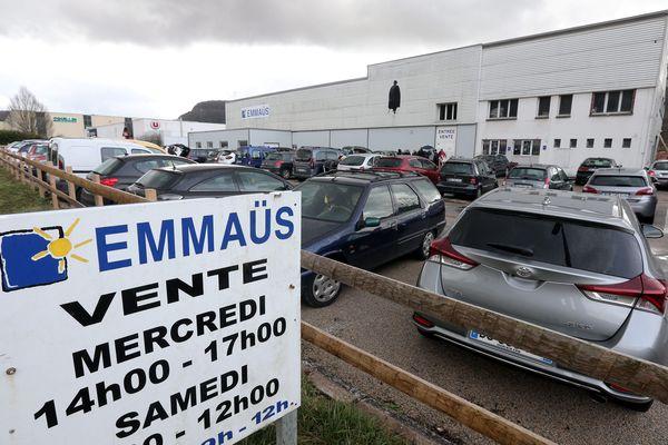 Lieux de vente fermés, ramassage et distribution suspendus : toute l'activité d'Emmaüs est à l'arrêt.