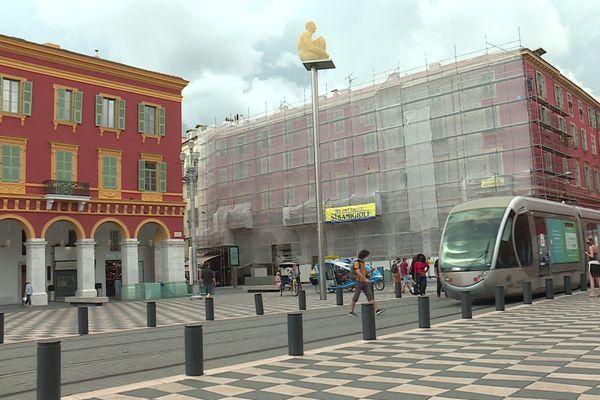 Des échafaudages sur les façades de la place Masséna à Nice annonce la reprise de ce grand chantier qui prendra fin au printemps 2021