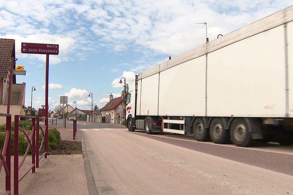 A Montbeugny (Allier), le maire se bat pour que les camions cessent de braver l'interdiction de circuler dans la commune.