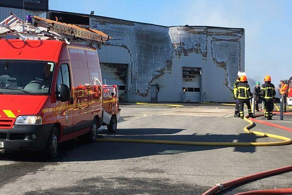 Le bâtiment touché par l'incendie menace de s'effondrer