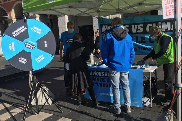 Une quinzaine de militants Greenpeace sont présents ce samedi sur la place Masséna à Nice.