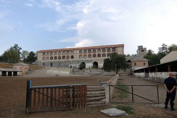 ARCHIVES - Un surveillant est en faction, le 26 août 2009 devant un des bâtiments du centre pénitentaire de Casabianda, à Alérian, à 70 km au Sud de Bastia.