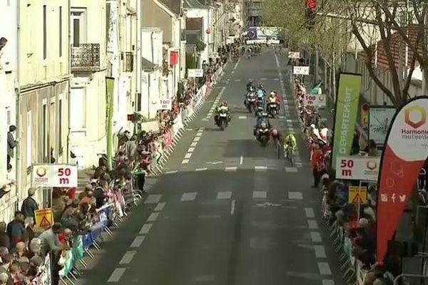 Le belge Victor Taminiaux précède Robin Carpenter juste avant de passer la ligne d'arrivée à Tours