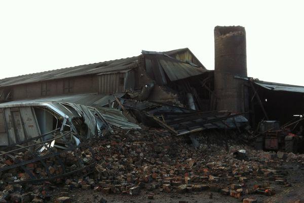 Les rafales de vent ont fait s'effondrer la cheminée de la Briqueterie du Nord à Leers.