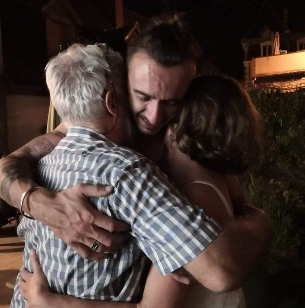 Arthur Noyer dans les bras de son père, Didier, et de sa mère, Cécile.