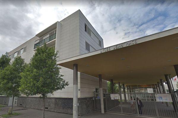 Un élève du lycée Jean-Macé, à Ivry, a frappé de deux coups de marteau un autre lycéen, mardi matin en pleine classe.