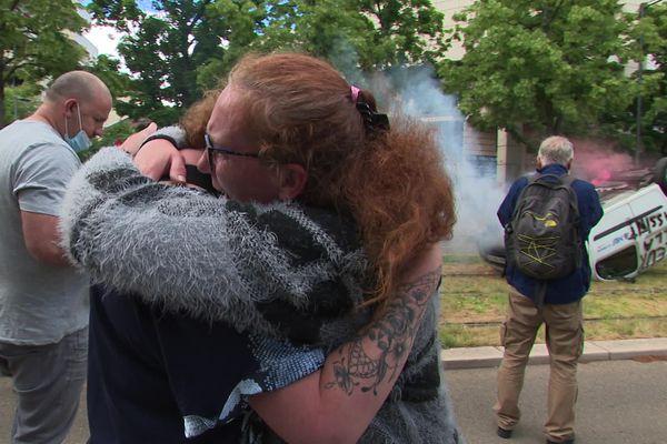 Les larmes et la colère des salariés de MBF mardi 22 juin à la sortie du tribunal de commerce de Dijon.